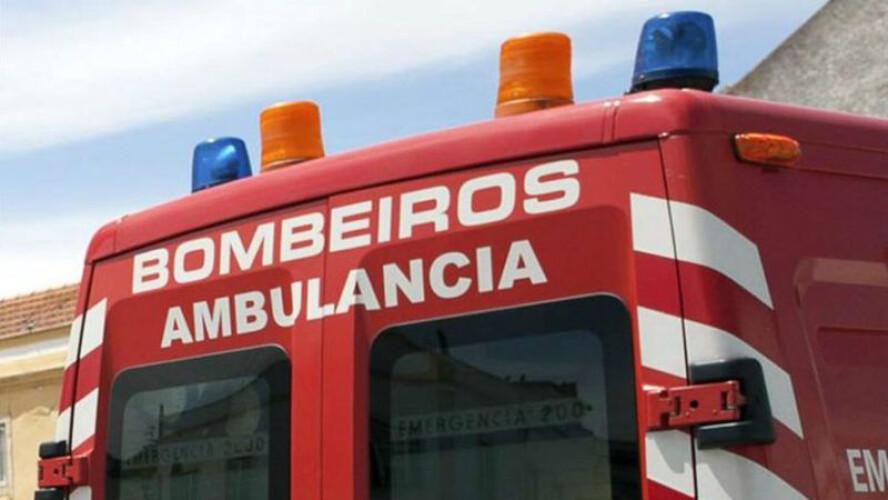 ambulancia-dos-bombeiros-de-santo-tirso-despista-se
