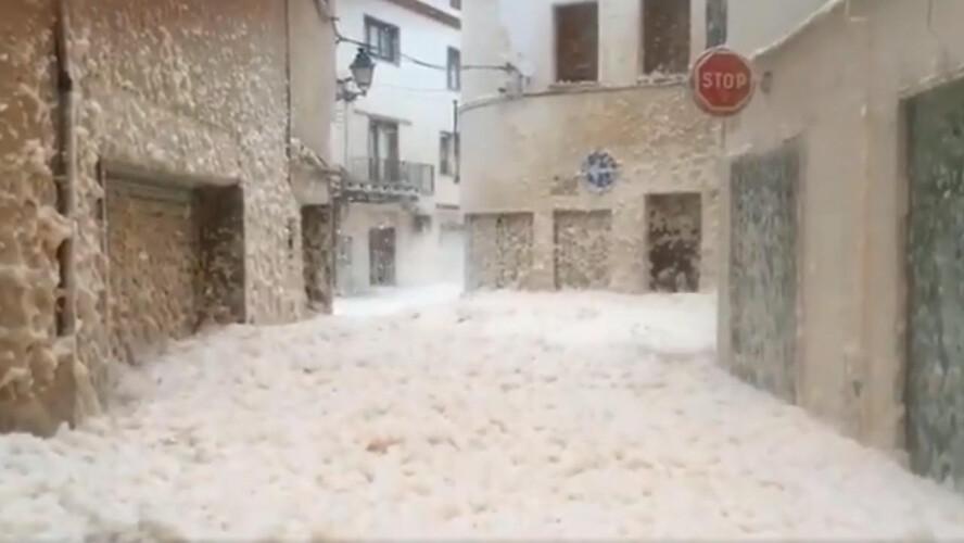 tempestade-gloria-deixa-cidade-espanhola-coberta-de-espuma