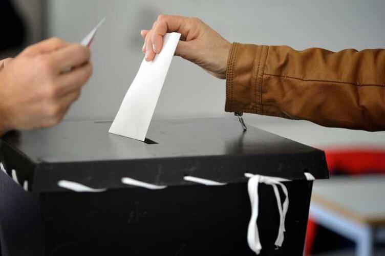 confinados-vao-votar-na-soleira-da-porta