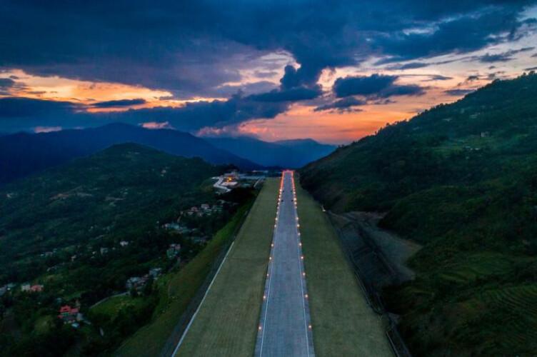 este-novo-aeroporto-foi-construido-no-meio-da-montanha