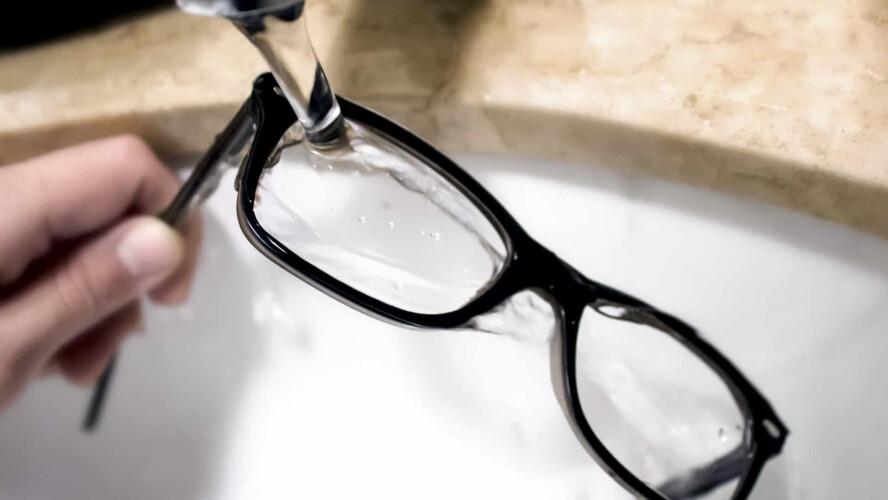 a-importancia-de-desinfetar-os-oculos