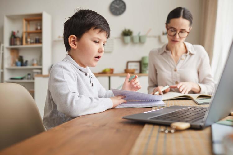 governo-quer-pais-com-filhos-ate-aos-8-anos-em-teletrabalho