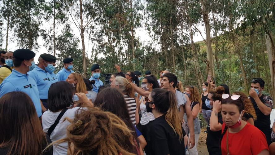 ativistas-tentam-forcar-entrada-em-canil-ilegal-na-feira