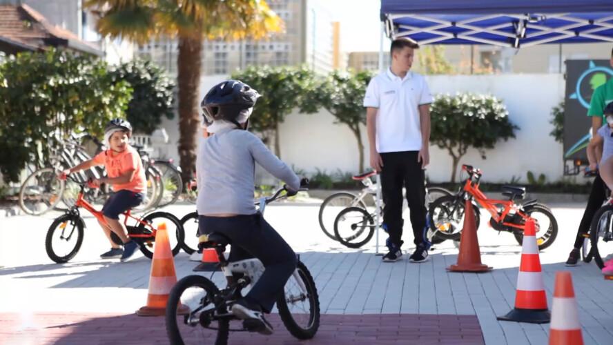 criancas-aprendem-a-pedalar-na-escola