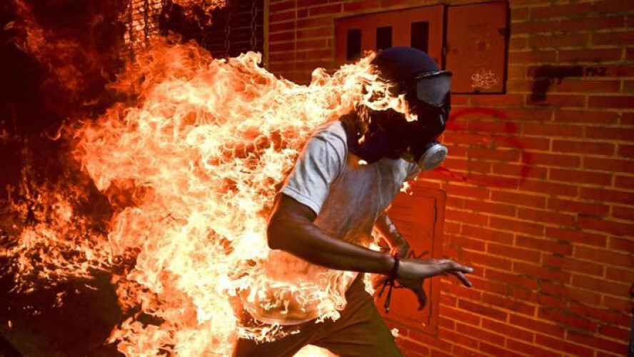 imagem-de-manifestante-em-chamas-na-venezuela-vence-world-press-photo