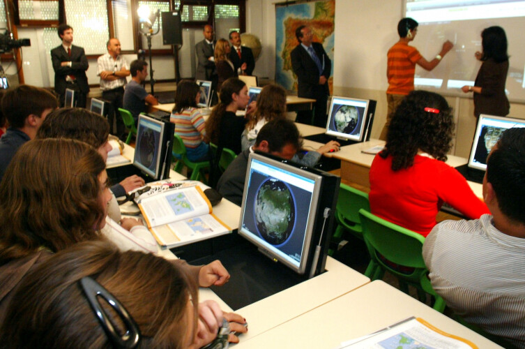 covid-19-ministro-da-educacao-anuncia-reforco-da-internet-nas-escolas