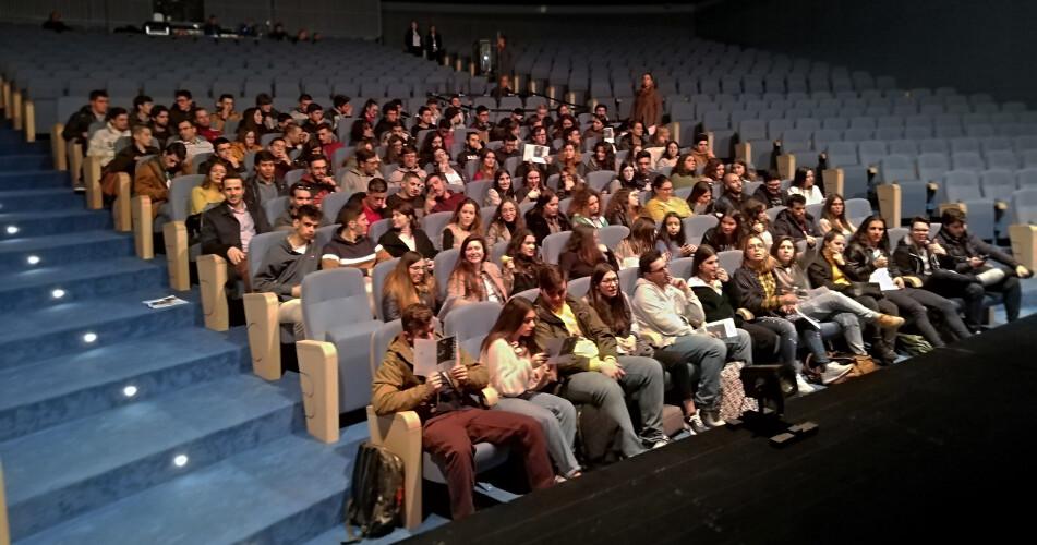 estudantes-da-oficina-aprendem-pessoa-em-divertida-peca-de-teatro