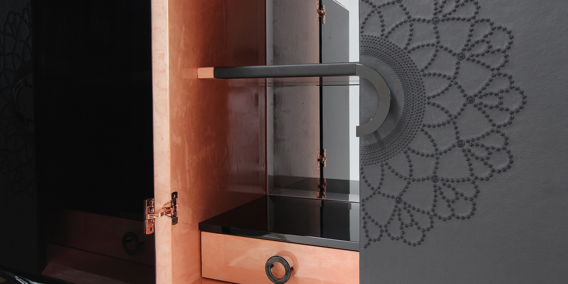 NAPERON EMBROIDERY CABINET Detailinsideview ALMA DE LUCE